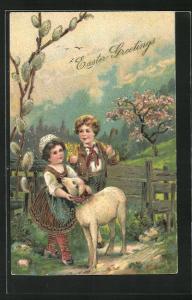 Präge-AK Junge und Mädchen mit einem Lamm, Ostergruss