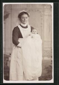 AK Hebamme in Uniform hält Baby im Arm, Medizin