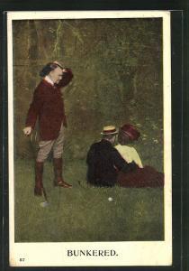 AK Golf, Mann kuschelt mit Dame im Gras vor Golfball und Golfspieler kann nicht spielen, Bunkered