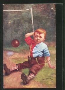 Künstler-AK Fussball, Junge sitzt traurig auf Platz und reibt sich den Kopf, Ball fliegt ins Tor, Hard Luck Sir