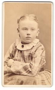 Fotografie Atelier Phillips, Lynn / Mass., Portrait Mädchen trägt Kleid mit Karomuster