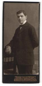 Fotografie Atelier Stern, Dresden-A & N, Portrait junger Herr in Anzug mit Fliege