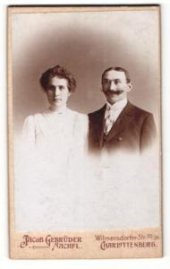 Fotografie Jacob Gebrüder Nachfl., Berlin-Charlottenburg, Portrait bürgerliches Paar in eleganter Kleidung