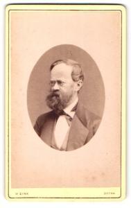 Fotografie W. Zink, Gotha, Portrait bürgerlicher Herr im Anzug mit Vollbart u. Zwicker