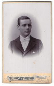 Fotografie Paul Gerber, Halle a / S., Portrait junger Herr im Anzug mit Fliege