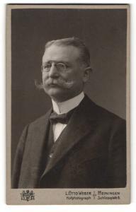 Fotografie L. Otto Weber, Meiningen, Portrait bürgerlicher Herr im Anzug mit Schnauzbart und Zwicker