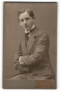Fotografie Karl Borst, Giessen, Portrait junger Mann im Anzug mit Krawatte und verschränkten Armen