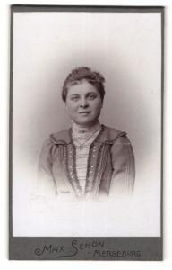 Fotografie Max Schön, Merseburg, Portrait junge Frau mit zusammengebundenem Haar