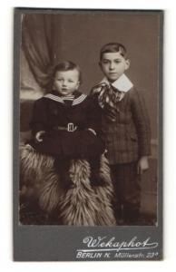 Fotografie Wekaphot, Berlin-N, Portrait Kleinkind und älterer Bruder