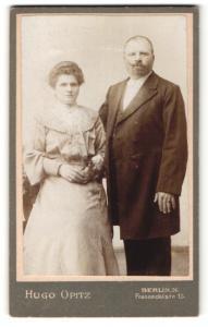 Fotografie Hugo Opitz, Berlin-N, Portrait bürgerliche Eheleute in Abendgarderobe