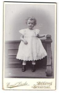 Fotografie Emil Lieske, Sebnitz & Schandau, Portrait kleiner Lockenschopf in weissem Kleid
