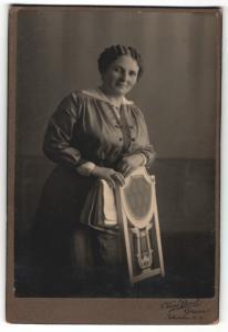 Fotografie Kuno Borst, Giessen, Edelddame trägt modisches Kleid