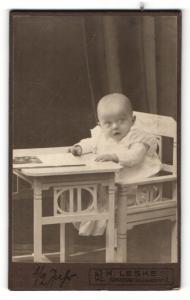 Fotografie H. Leske, Berlin-Spandau, Portrait Säugling auf Kindersitz
