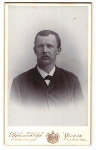 Fotografie Alphons Adolph, Passau, Portrait Herr mit beeindruckendem Oberlippenbart