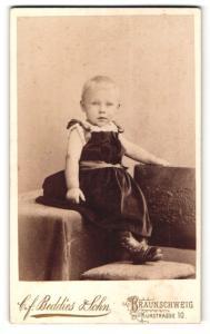 Fotografie C. F. Beddies & Sohn, Braunschweig, Portrait Kleinkind in Kleid