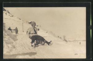 Foto-AK Frau auf einem Schlitten im Winter