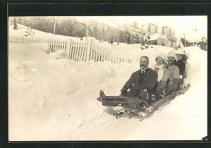 Foto-AK Zwei Frauen und drei Männer auf einem Schlitten
