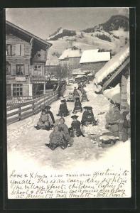 AK Schlitten, viele Kinder rodeln durch ein schneebedecktes Dorf, Plaisirs d`hiver