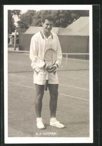 AK Tennisspieler, A. J. Cooper hält den Schläger vor sich