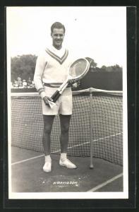 AK Tennisspieler S. Davidson lächelt mit zwei Schlägern am Netz