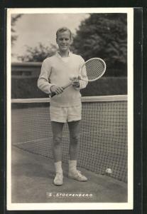 AK Tennisspieler, S. Stockenberg lächelnd am Netz stehend