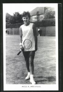 AK Tennisspielerin, Miss K. Melville in kurzem Tenniskleid auf Rasenplatz