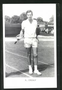 AK Tennisspieler, R. Crealy an Tennisnetz gelehnt