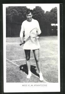 AK Tennisspielerin, Miss K. M. Krantzcke in kurzem Tennisrock auf Grasplatz