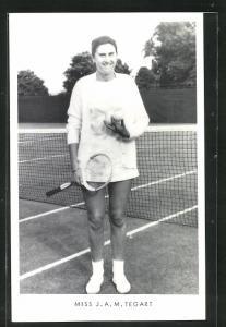 AK Tennisspielerin, Miss J. A. M. Tegart lächelnd in kurzem Tenniskleid