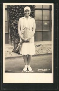 AK Tennis, Miss K. Bouman in Tenniskleidung mit zwei Schlägern