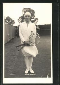 AK Tennis, Miss K. Bouman in Tenniskleidung mit Jacket auf dem Platz und zwei Schlägern