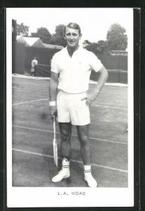 AK Tennis, Spieler L. A. Hoad in Tenniskleidung mit Schläger auf dem Platz