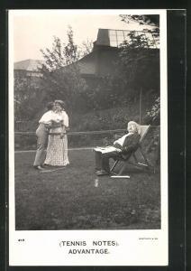 AK Tennis, Mann küsst Frau über das Tennisnetz, alter Mann schläft in Liegestuhl, Advantage