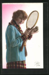 AK Tennis, Frau mit Schal hält Tennisschläger und Ball