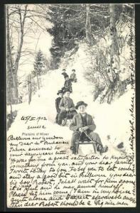AK Jungs fahren auf ihren Schlitten im Winter einen Hang hinunter