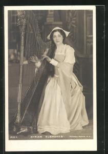 AK Musikerin Myriam Clements an der Harfe
