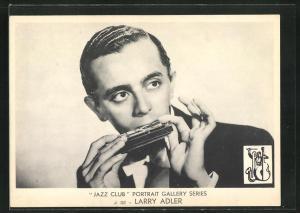 AK Jazz-Musiker Larry Adler mit Mundharmonika