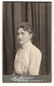 Fotografie M. Meisner, Greifswald, Portrait Dame mit zusammengebundenem Haar