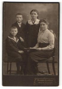 Fotografie Richard Schröder, Halle a/S, Portrait Mutter mit drei Kindern