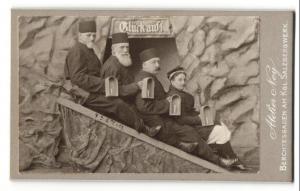 Fotografie Atelier Ney, Berchtesgaden, Kgl. Salzbergwerk, Herren und Dame als Bergleute mit Grubenlampe verkleidet