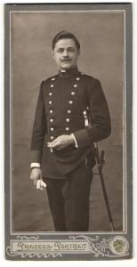 Fotografie Soldat in Uniform mit Säbel