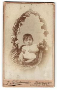 Fotografie J. Hartmann, Bayreuth, Portrait niedliches Kleinkind im weissen Hemd