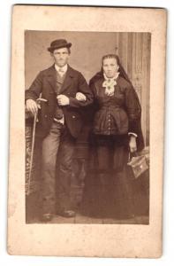 Fotografie unbekannter Fotograf und Ort, Portrait bürgerliches Paar in traditioneller Kleidung