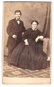 Fotografie unbekannter Fotograf und Ort, Portrait junges bürgerliches Paar