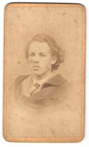 Fotografie Gebr. Staegerl, Iglau, Portrait junger Herr mit langem Haar, Gründerzeit