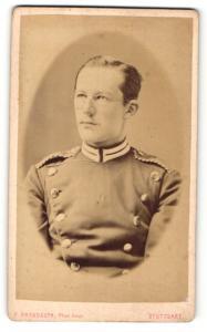 Fotografie F. Brandseph, Stuttgart, Portrait Soldat mit Brille in Uniform mit Schulterklappen mit Paspelierung