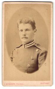 Fotografie F. Brandseph, Stuttgart, Portrait Soldat in Uniform mit Schulterklappen mit Paspelierung
