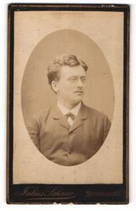 Fotografie Julius Schaar, Düsseldorf, Portrait junger Herr mit Zwicker
