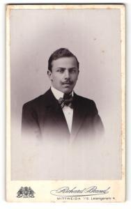 Fotografie Richard Brand, Mittweida i/S, Portrait junger Herr in Anzug mit Fliege
