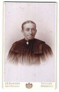 Fotografie J. S. Schröder, Dresden & Annaberg i/S, Portrait betagte Dame mit zusammengebundenem Haar